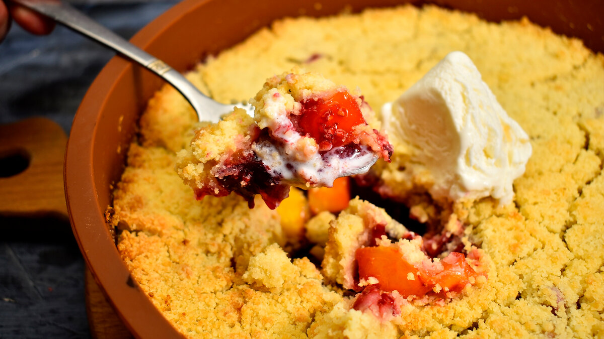 Рецепт интересного десерта - Крамбл с фруктами и ягодами.